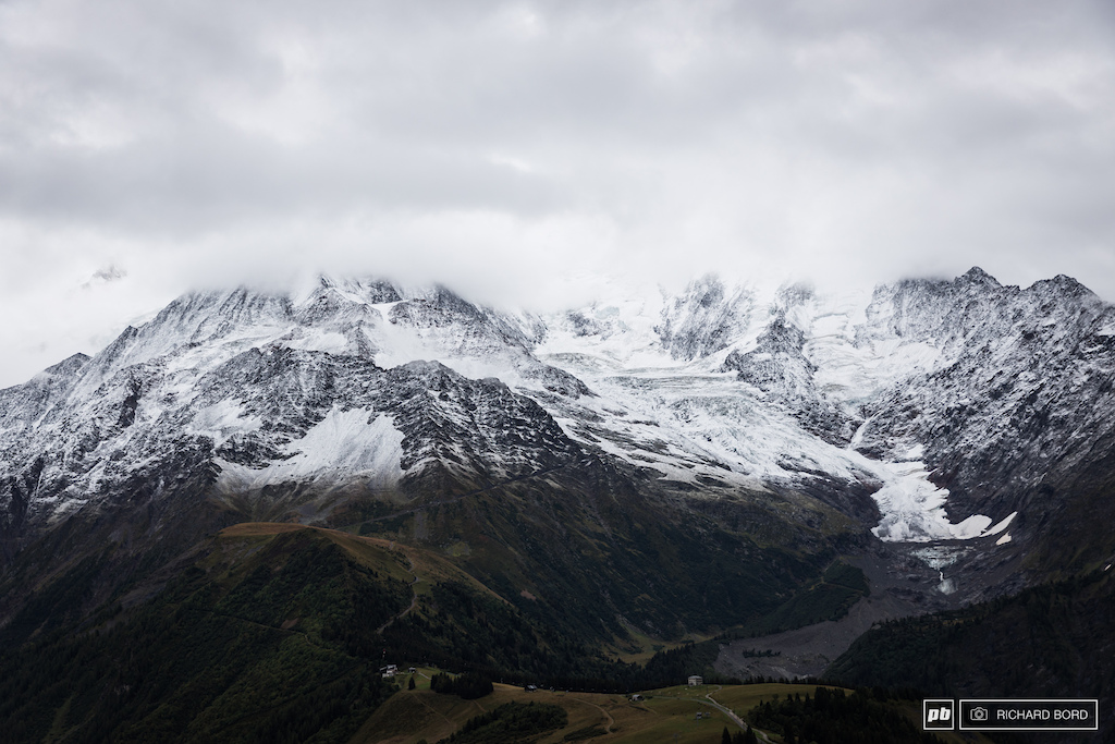 After a beautiful and sunny Saturday this was the view on Sunday morning as the night delivered a lot of rain in the valley and some fresh snow up there at 2000m high.