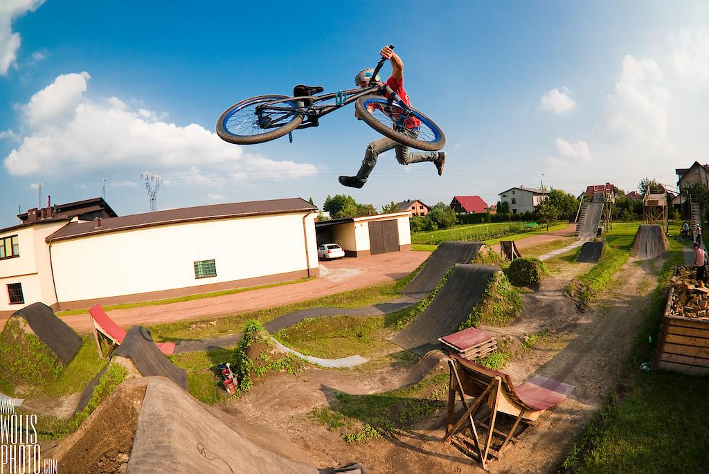 Shamann brothers making tricks at their backyard. Dawid Godziek with his Two4Player. dartmoor-bikes.com