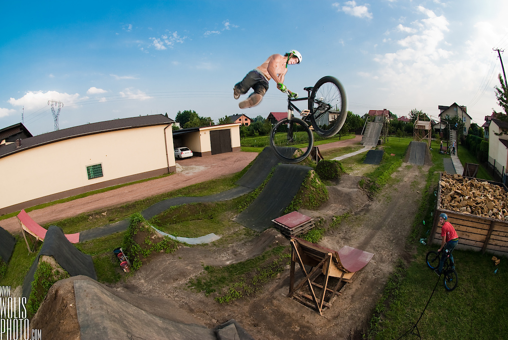 Shamann brothers making tricks at their backyard. Szymion Godziek with his Cody. dartmoor-bikes.com