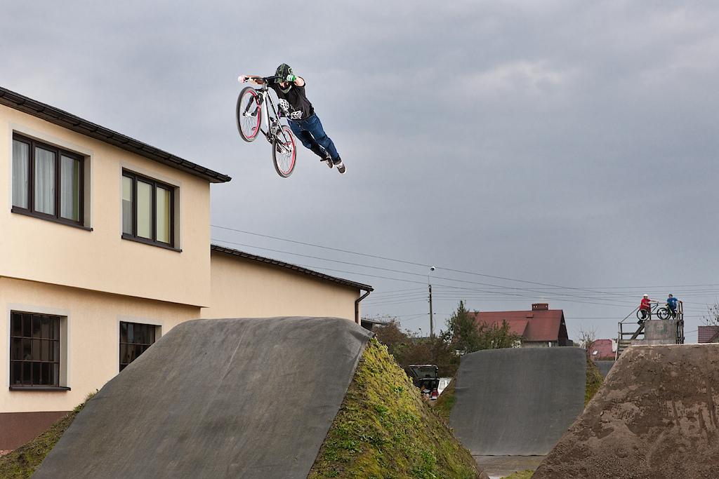 Night jam at Shamanns' backyard. Marek Łebek with his Shine. dartmoor-bikes.com