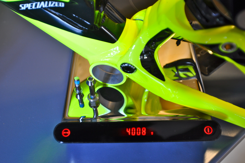 Demo 8 2011 Weight without shock and collar. There is only the adaptator for the headset (1.5->1.1:8).