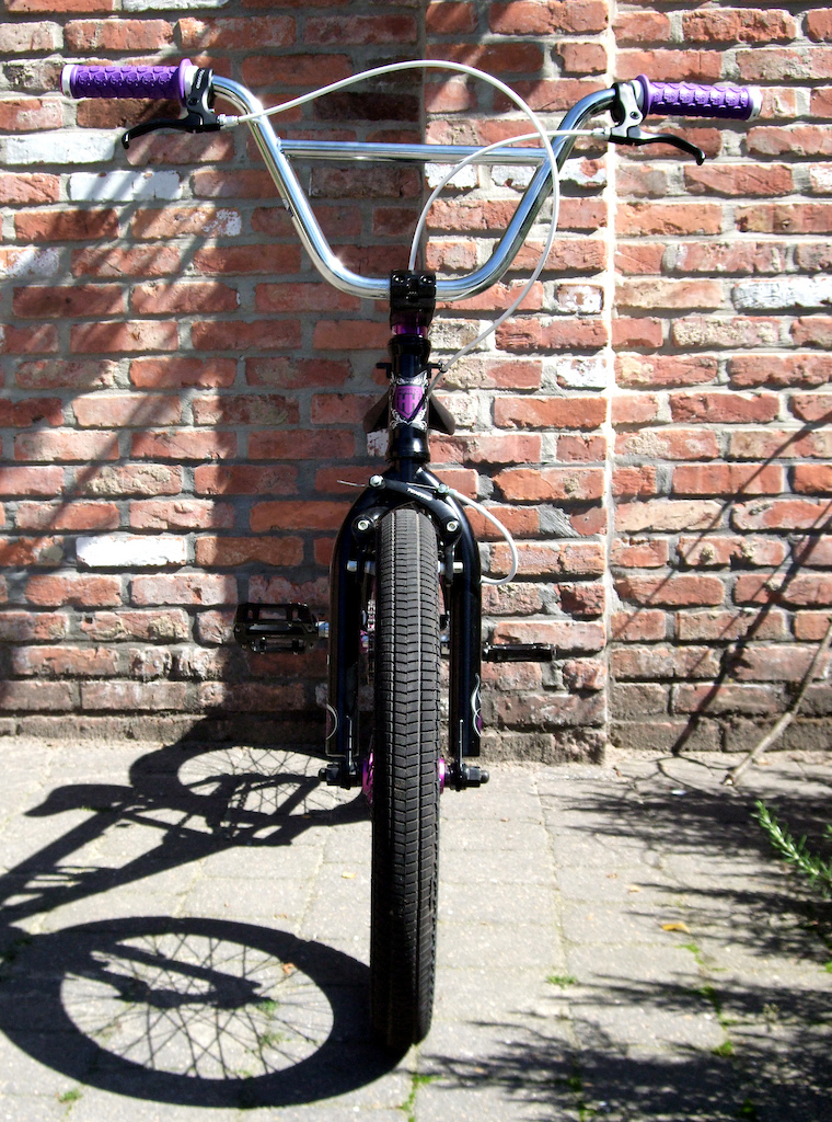 My Haro F4 with some new parts: purple spoke nipples, grips and soft brake pads! All Black-Purple-Chrome now. Maybe i'm going to sell it, somebody interested?
