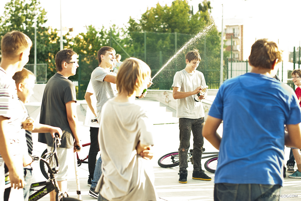 some guy few months ago had broken his collarbone and bike when he was doing sick amount of backflips one day. ratz bmx crew resolved to buy new parts and fix new bike for him. last tuesday we've almost all met at local skatepark to give him his new bike :D