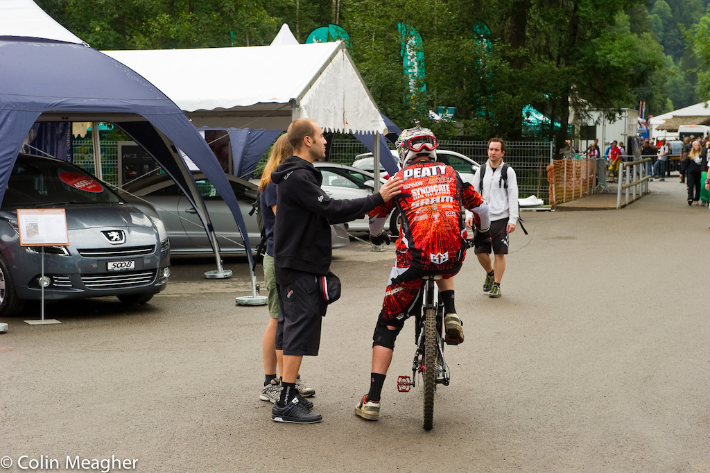 Steve Peat having a word with Nico Vouilloz during the closing moments of the last practice before the finals.