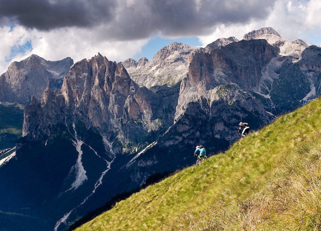 Situated in the heart of the dolomites, at the foot of the Sella massif. Here, Fassa Marketing manager, ex-snowboard professional and general cool dude Mauro (AKA Ninja) leads WorldBikeParks.com rider David Scorer down a phenomenal ridgeline high above Pozza.