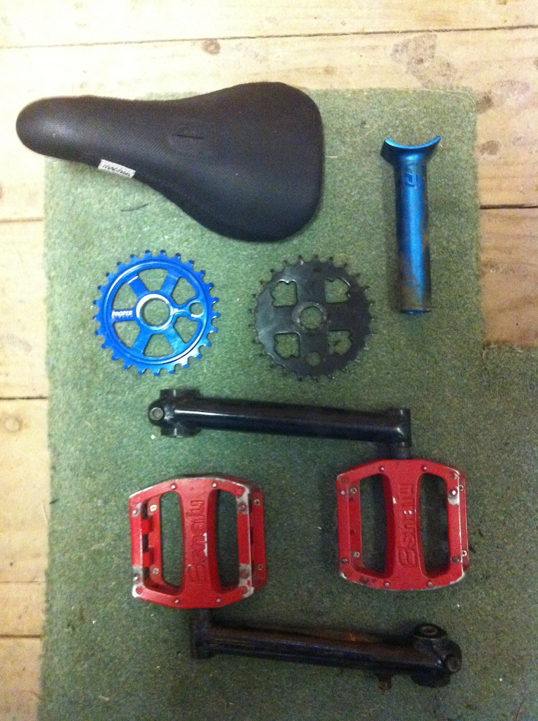 macneil pivotal seat, federal pivotal post, proper 25t sprocket(blue), stock fit bike 25t sprocket, stock black cranks and snafu pedals..  pick up or meet,offers?