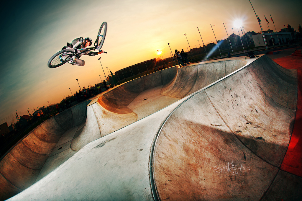 Piotrek's tabletop over Skateplaza in Leszno with his Dartmoor Ghetto. Photo by Kuba Konwent - http://konwent.fotolog.pl/.