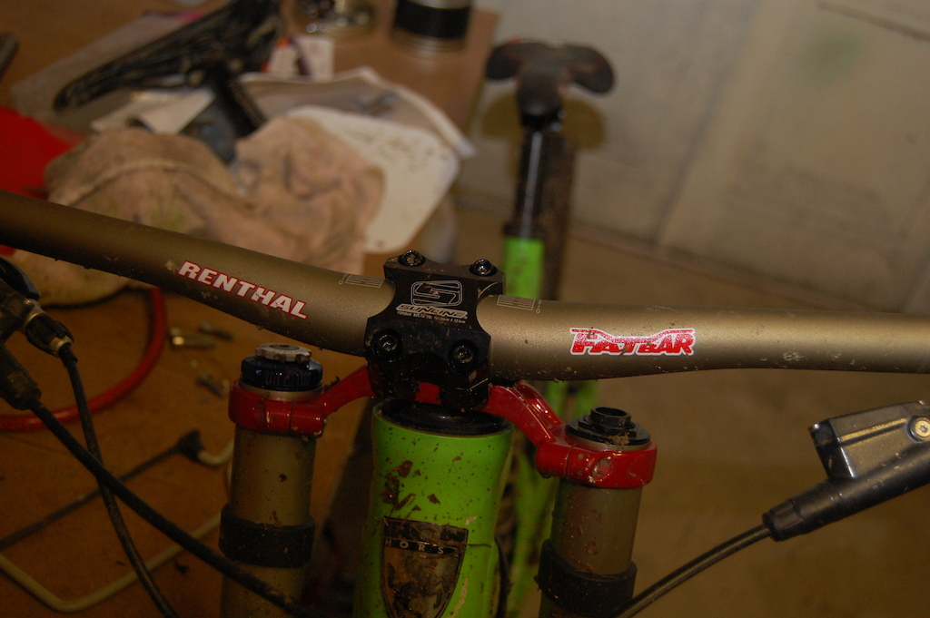 finaly got ride of my 700mm fun bars and put a pair of renthal fatboys 80mm bars on and a sunline direct mount boxxer stem on