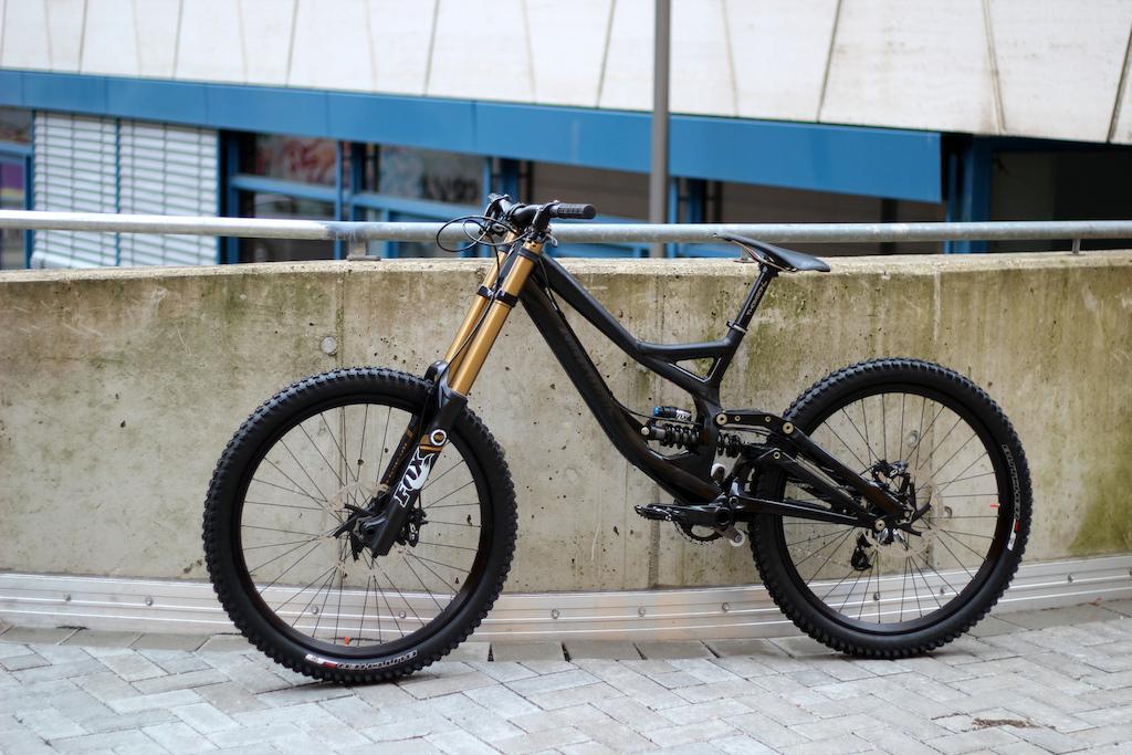 Specialized Demo 8 black Fox 40 17,8kg