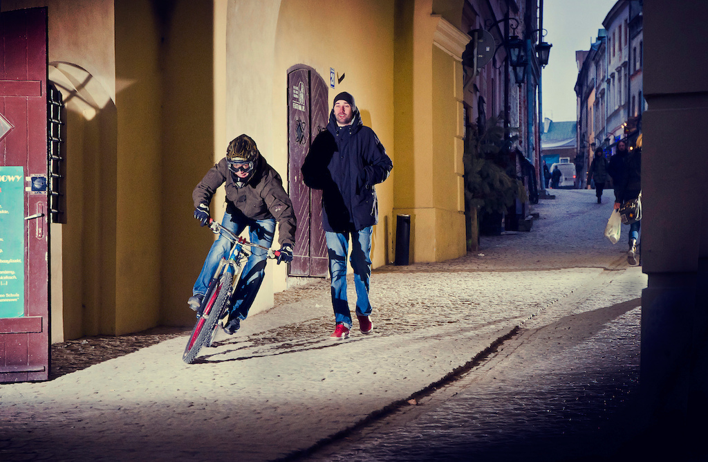 Remek Oleszkiewicz riding down Lublin old town with his Wish. Photo by Konrad Ruci ski. Ride Your Way 2 Bling.