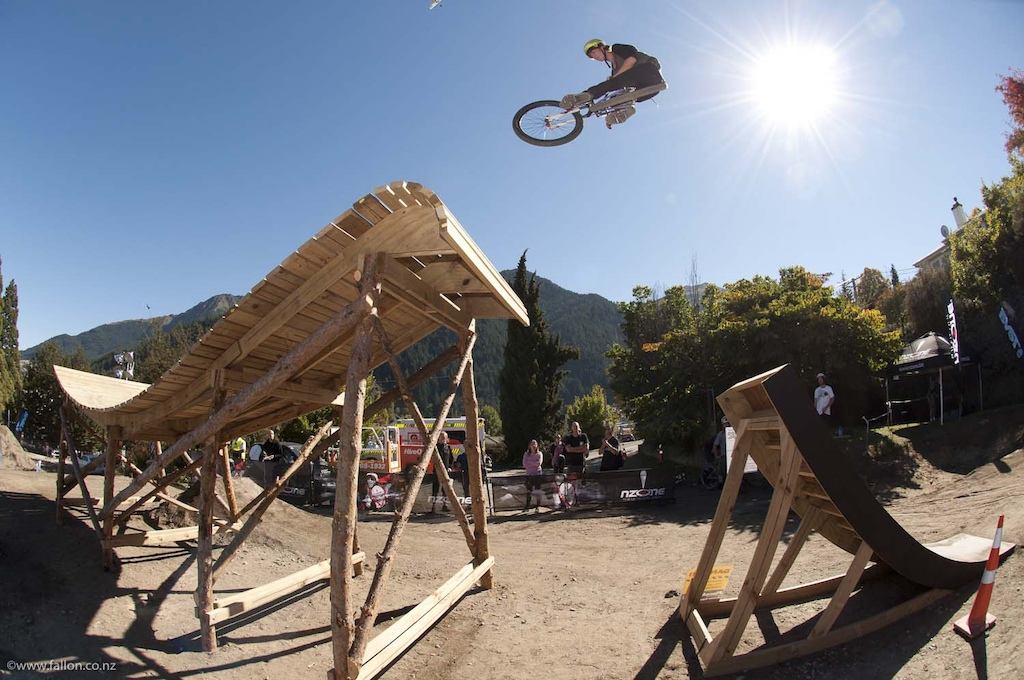 Elmo Cotter table flatty onto the fruit bowlat the 2012 Queenstown Bike Festival Teva Slopestyle