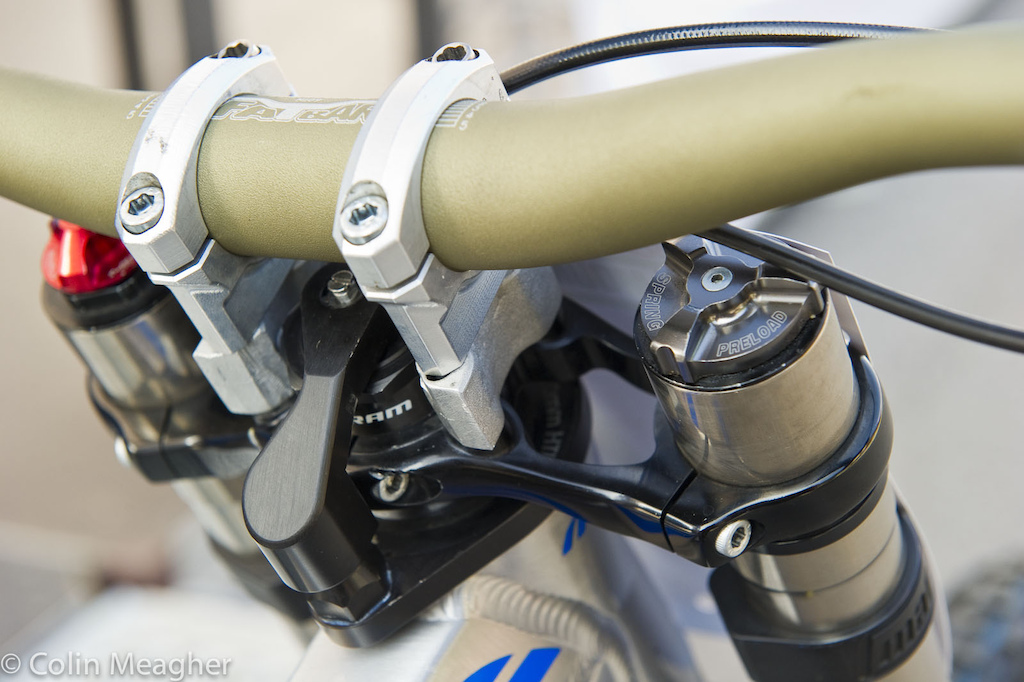 A personal touch on Ragot s bike is this moto inspired headset steerer damper. In heavy cornering it stiffens up the steering feel of the bike. Zero offset stem for the Summum.
