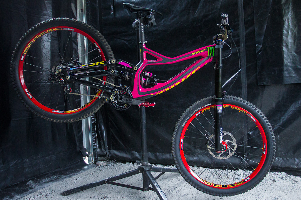 Out with the green and in with the pink Sam Hill s Specialized Demo Carbon will be auctioned off after the race to raise money for breast cancer research. Anyone want a Carbon demo months ahead of projected availability This one may get expensive...