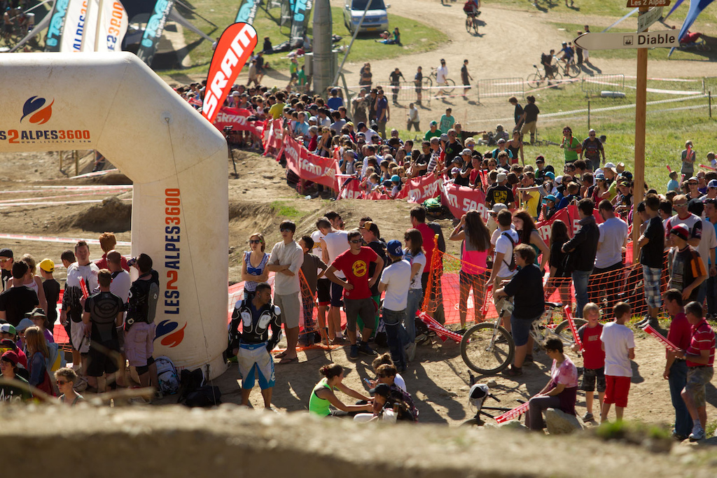the beautiful weather and the great action warmed up the crowd here in Deux Alpes before the weekend.