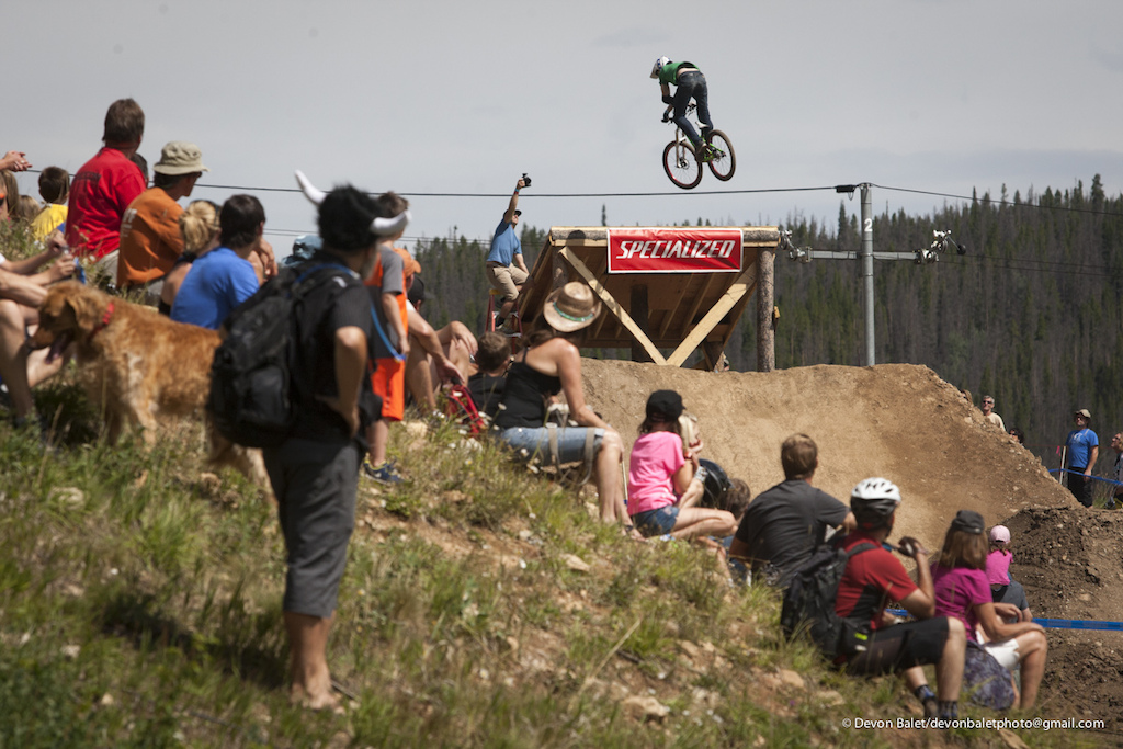 As the slopestyle contest began under beautiful Colorado skies the crowds lined the hill side looking onto the course.