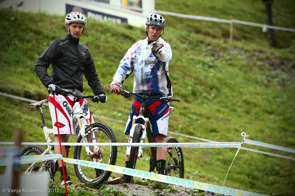 Greg Minnaar and Steve Peat discussing lines during women s and junior s practice.
