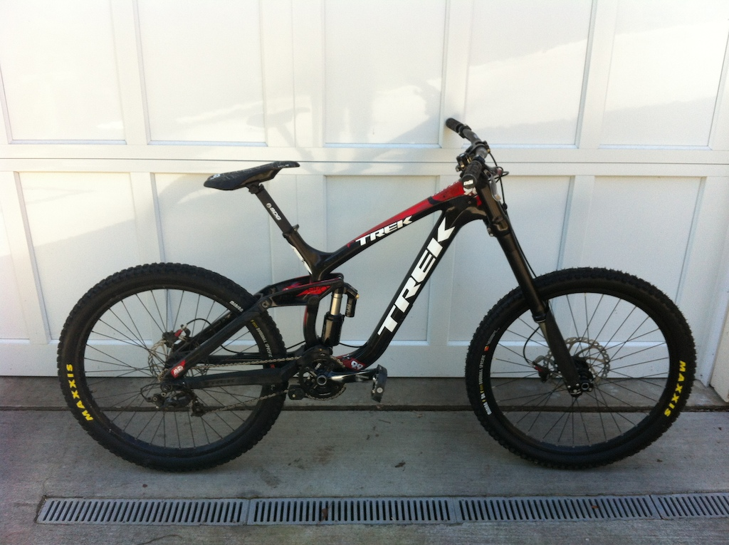 New atlas I beam saddle, SDG carbon post and deity blacklabel bars on the session 9.9