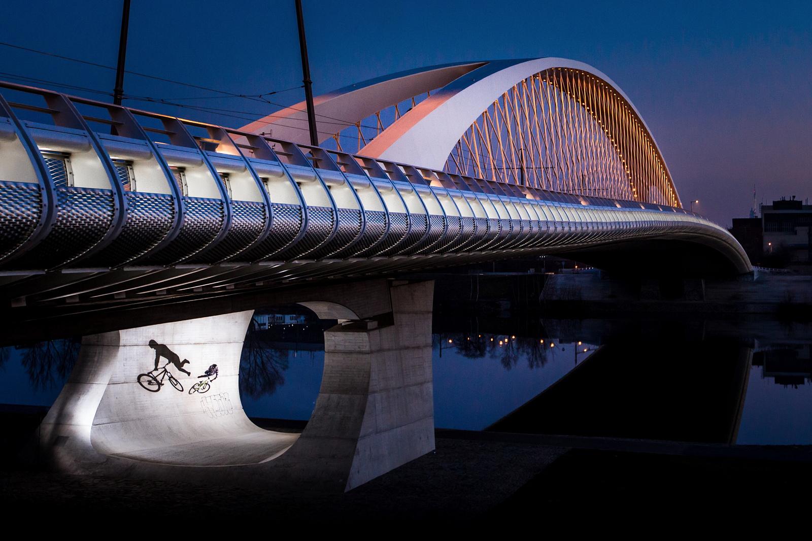 Teodor Kov tailwhiping the Troja bridge in Prague ...