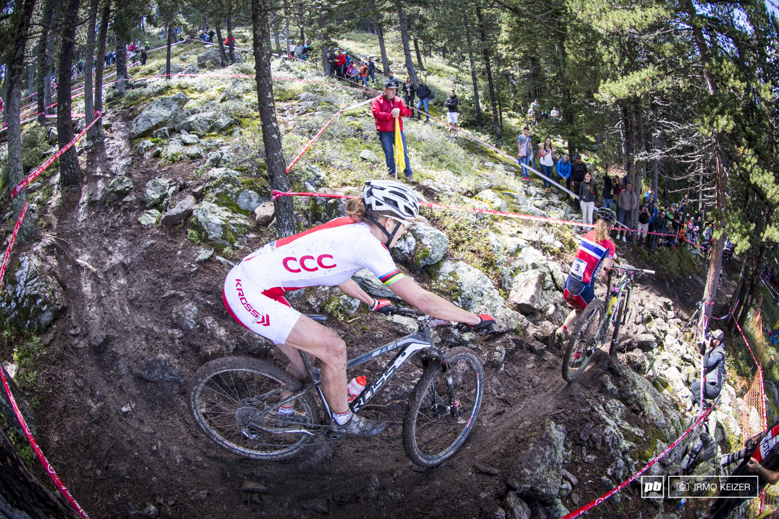 Gunn-Rita Dahle-Flesjaa refused to get out of Maja Wloszczowska s way as she walks down the course s most technical descent. It cost the Polish rider quite some time.