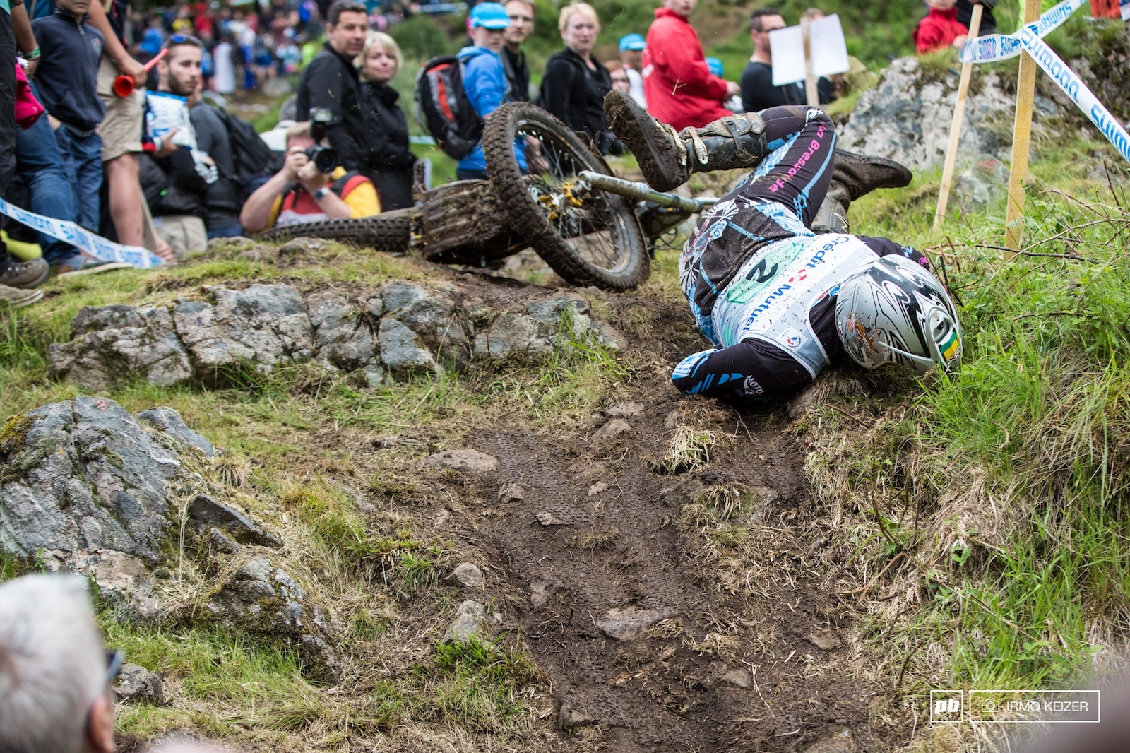 Not only mountainbikers crashed. The lead bike face planted with Absalon only thirty seconds behind.
