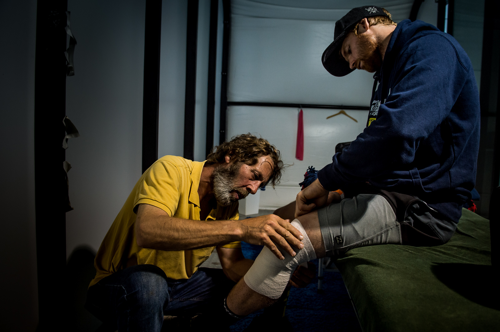 Martin the masseuse gets Joe Smith s knee race ready before the elite men take to the course.