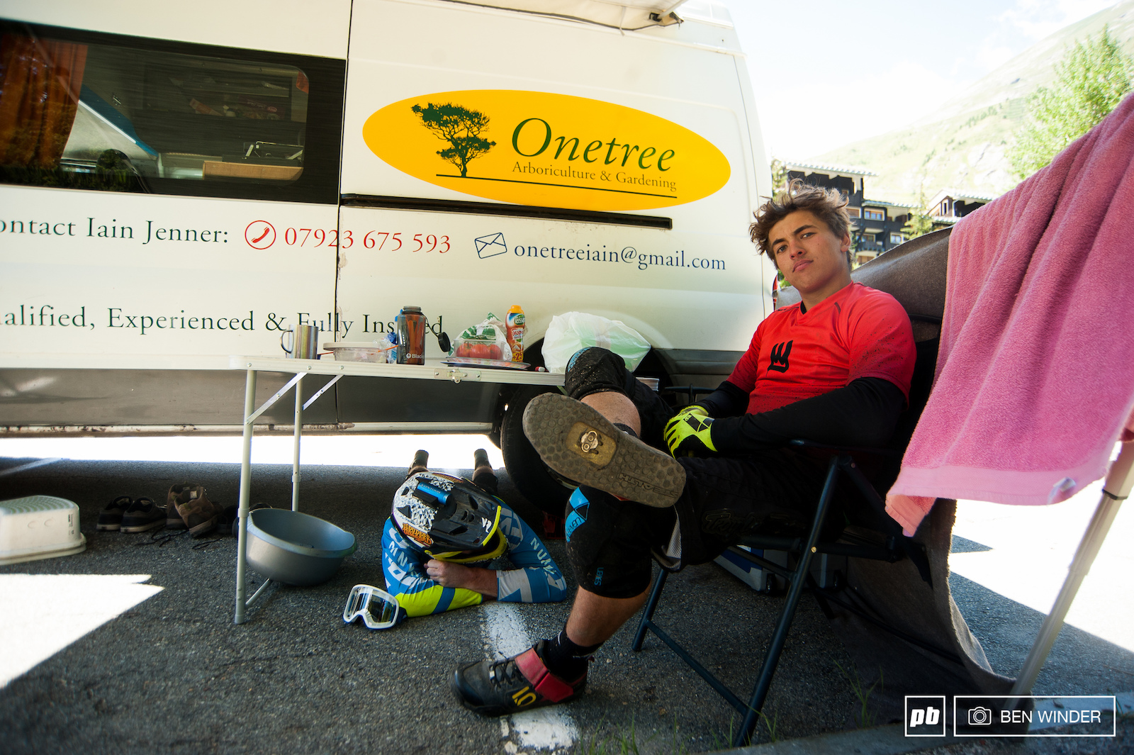 Vans can get pretty warm in the heat of a sunny day so finding somewhere cool to sit is all important. Lachlan and Liam Moynihan finding the all-important shade during the days riding.