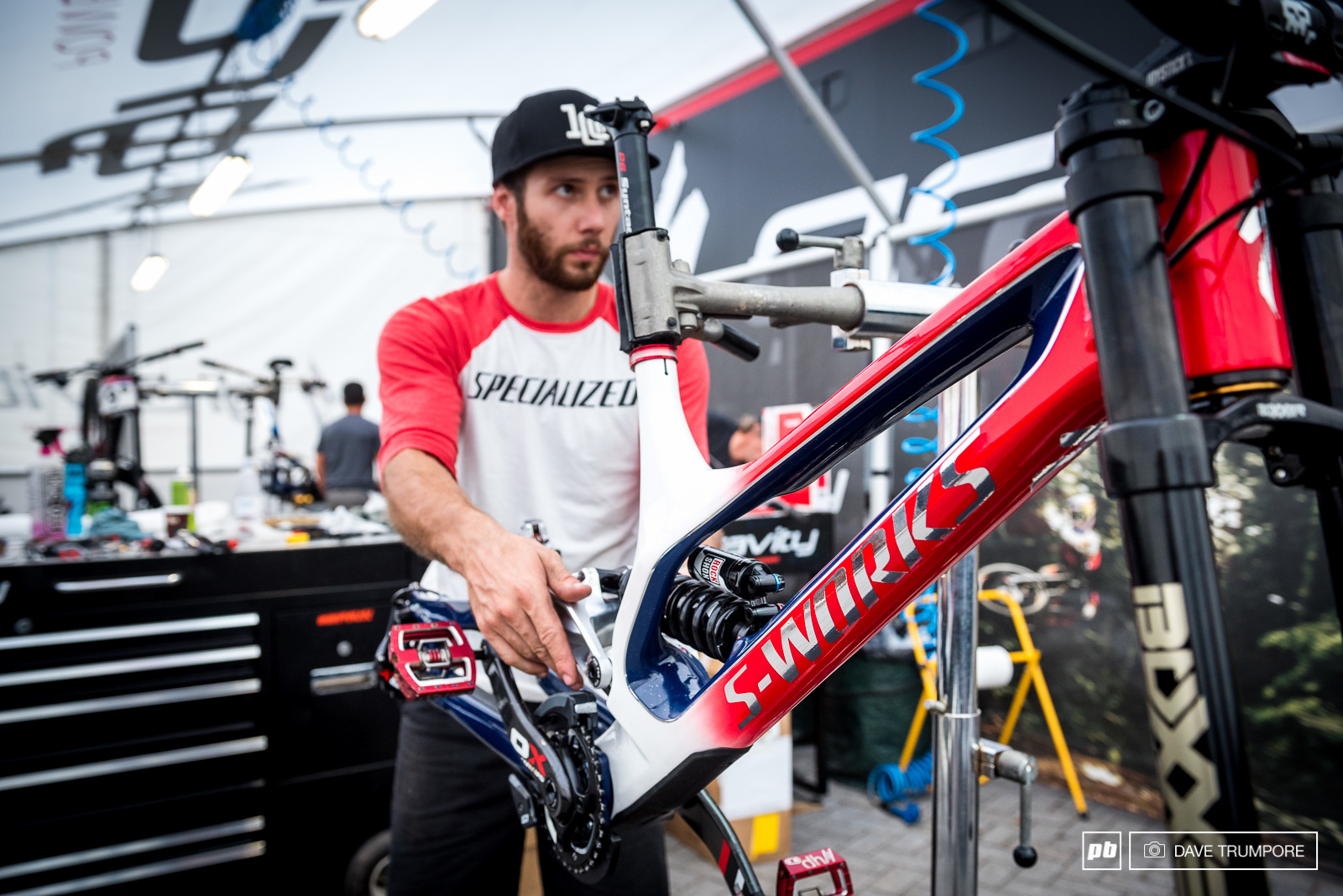 Kev Joly gets to work on Loris Vergier s Specialized Demo