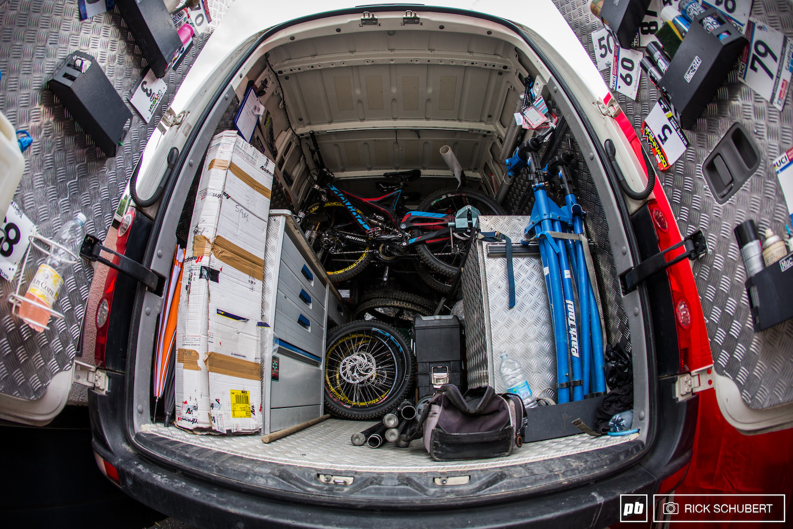 The Argentina Bike Devinci team proves taht you don t need a massive set up to be well prepared