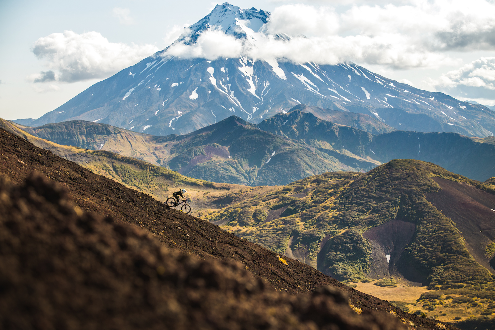 We called this run Lord Of The Rings because we always expected Gandalf or the hobbits coming by in this unreal setting. It took us half a day to get there by car and feet although it was only around 2km distance to our lodge. Kamchatka distances... Photo Constantin Fiene