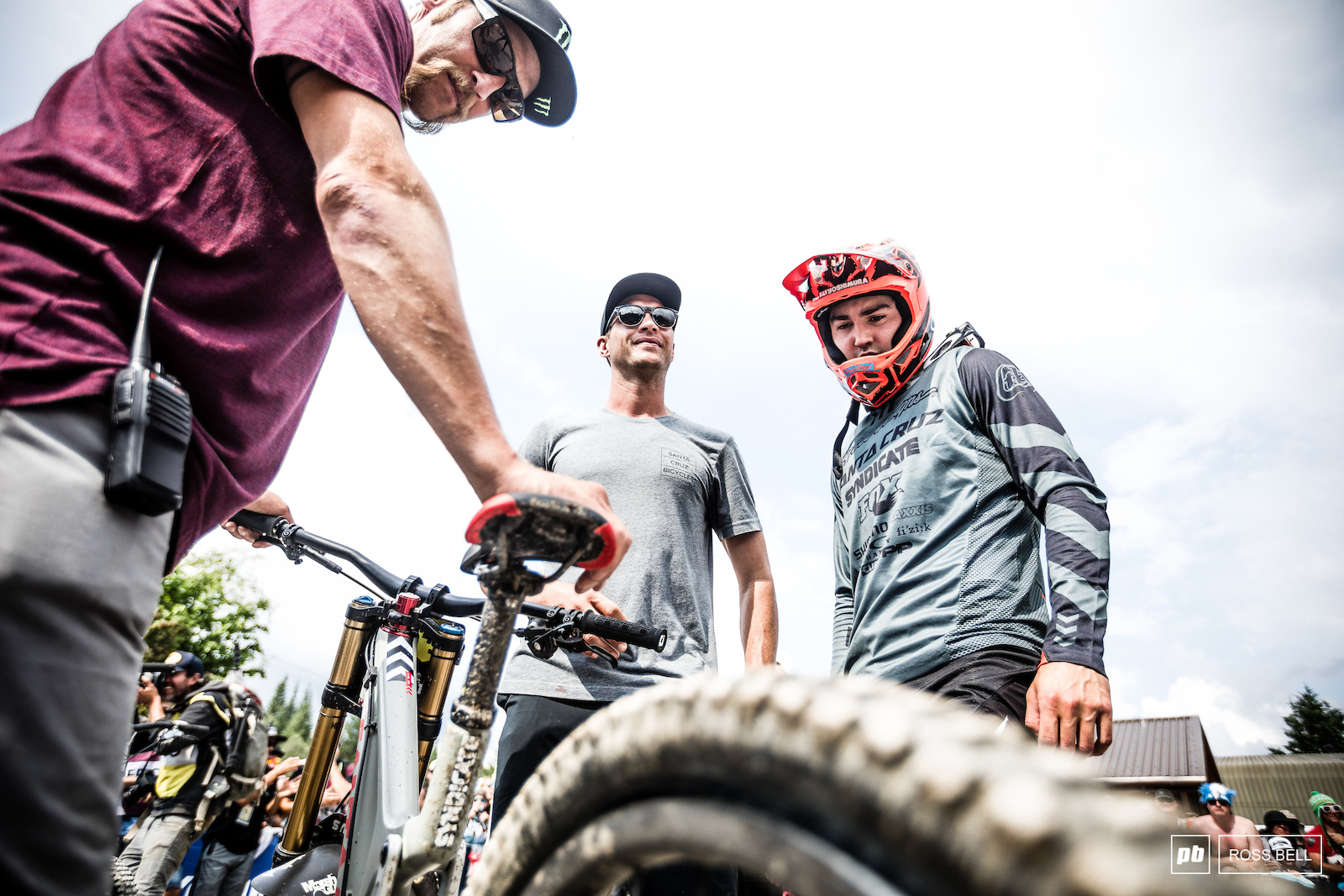 Steve Peat Greg Minnaar and Luca Shaw inspect the rear flat which deflated Luca s race run.