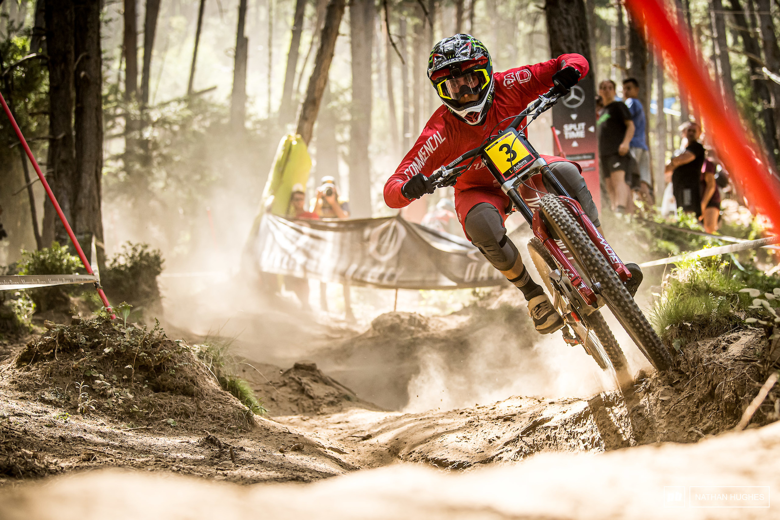 Amaury Pierron wants to do this in Commencal country. He has 3.4 seconds to find for the big show.