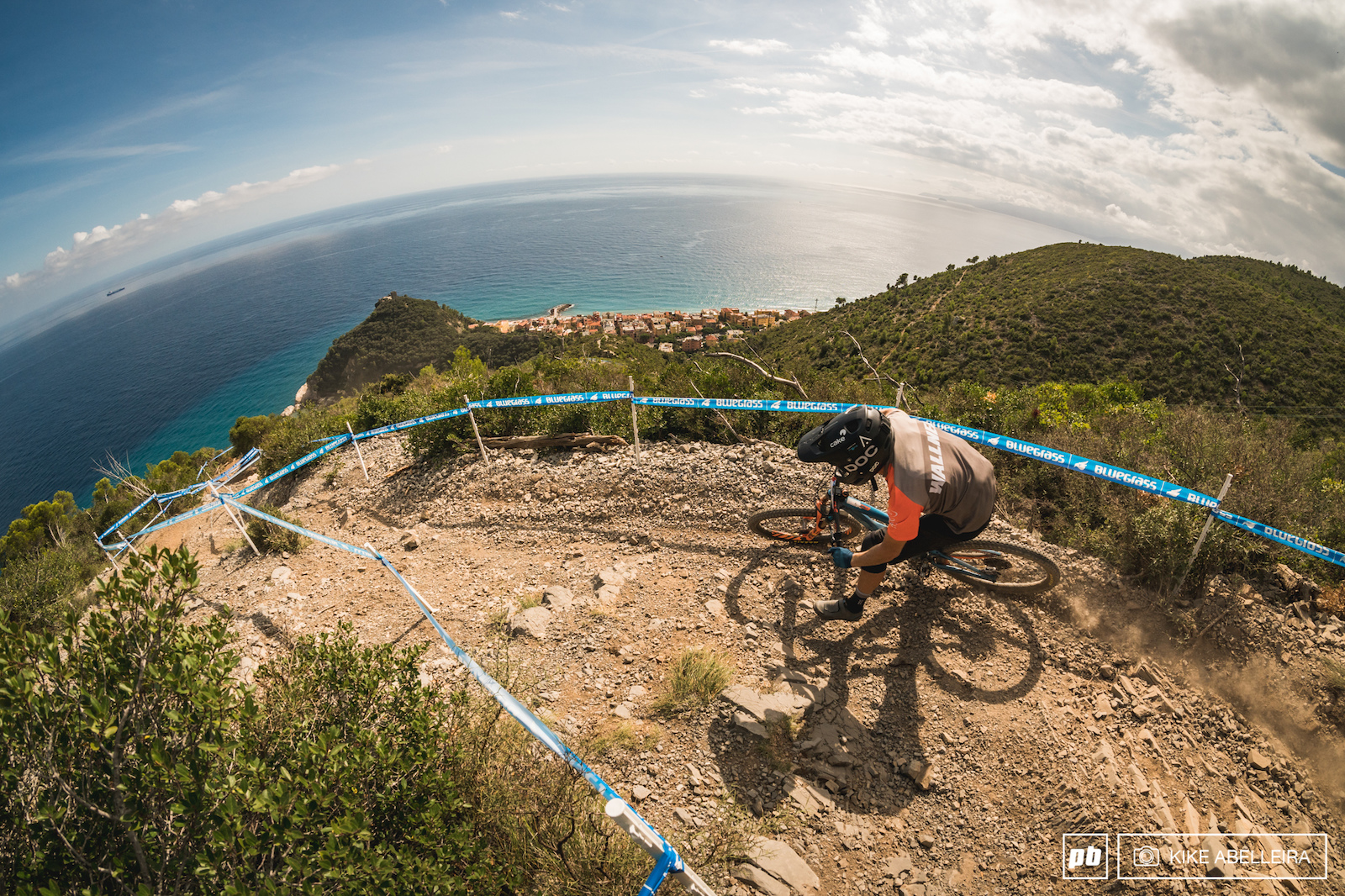 TON Finale ligure 2019 A classic view of DH men with Varigotti at the bottom and Baia dei Saraceni on the left and its turquoise water.