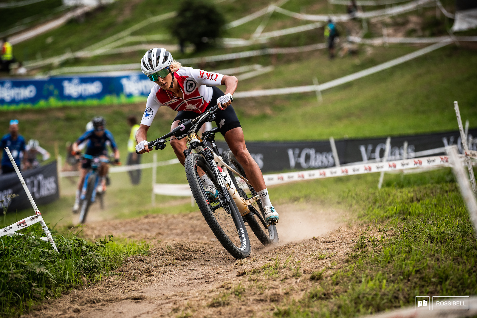 Olympic champ Jolanda Neff led the first lap but would slip back to 5th with a few mistakes.