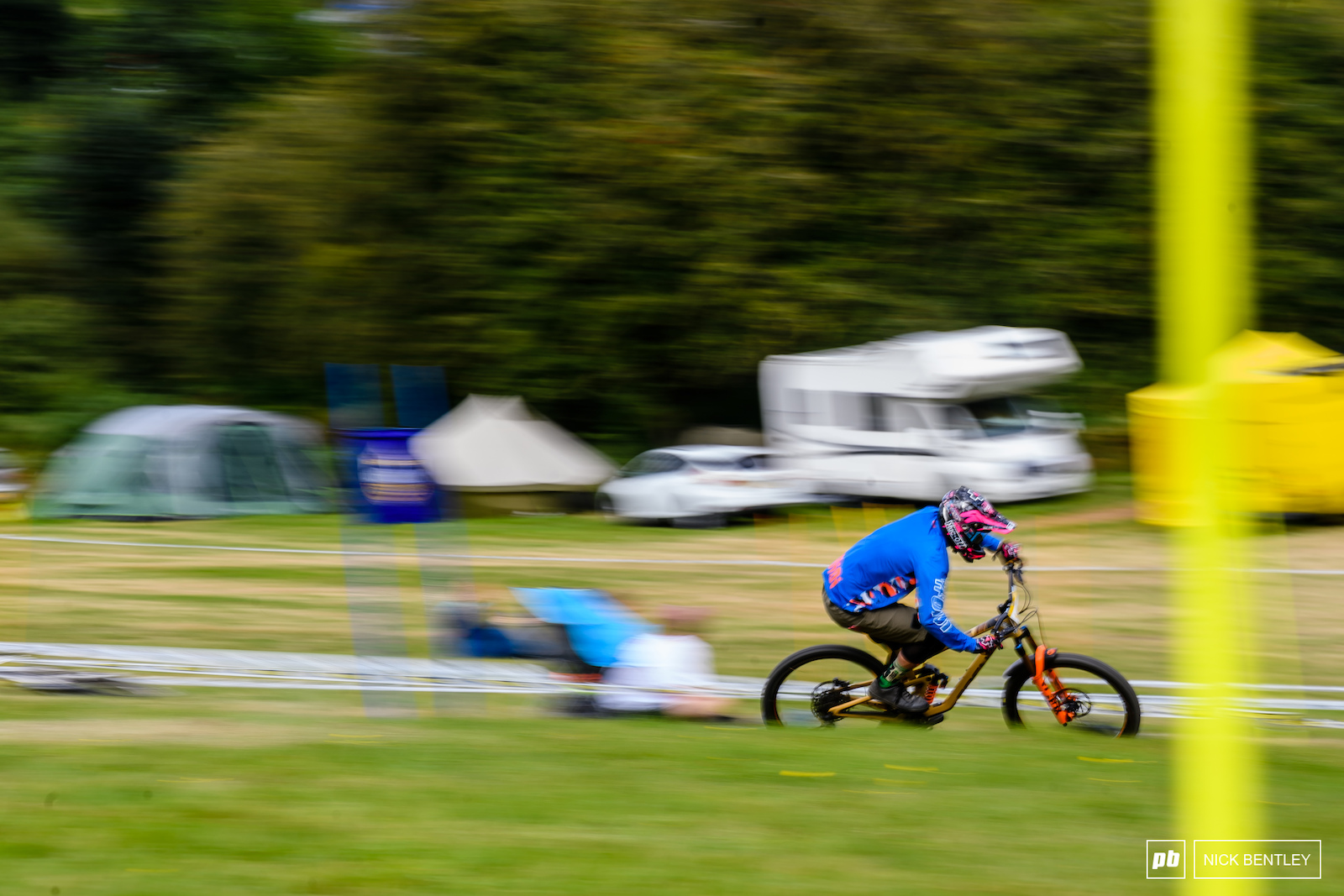 Ben Deakin carving around the blue course on his way to fourth place