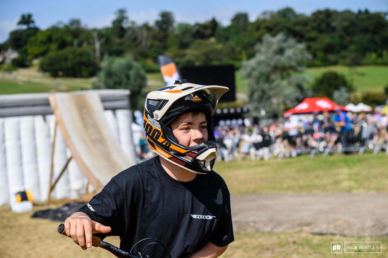 The youngest rider in the Elite Field Fin Davies heading up for his next run