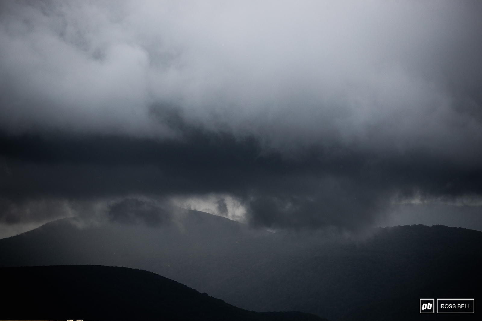 The weather began to roll in during the men s race with rain falling during the final laps.