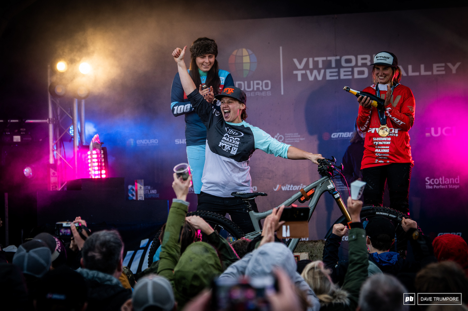 What a way to end the season at home for Bex Baraona. Her first EWS win and on home soil. nd would go to another Brit Harriet Harnden with France s Morgane Charre in 3rd